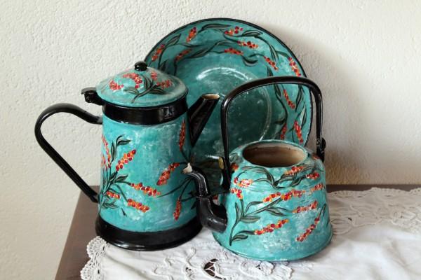 Alte Kannen und Teller als Set von Hand bemalt