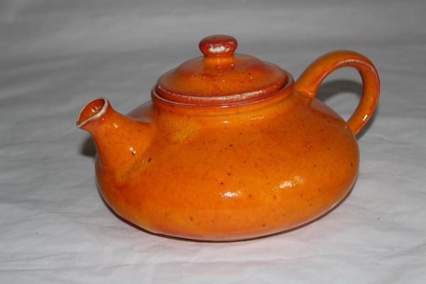 orange Teekanne flache Form Keramik getöpfert