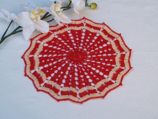 rotes Deckchen gehäkelt romantisches Häkeldeckchen