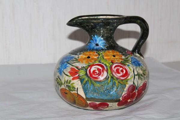 alte Vase bemalt mit Obst und Blumen