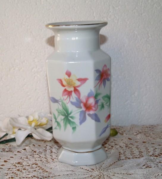 Vase Vintage Shabby mit Blumen in pastell