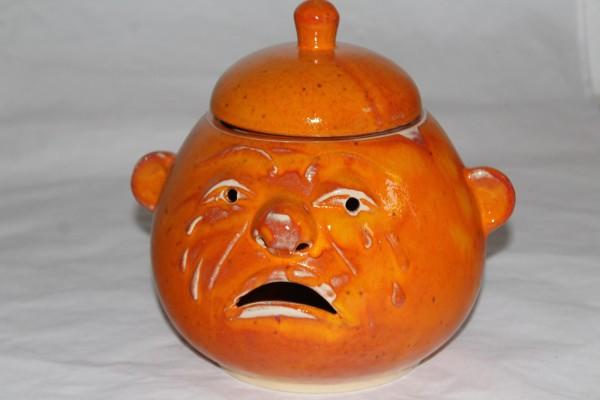 großer Zwiebeltopf mit Gesicht Keramik orange getöpfert