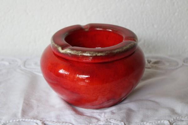 roter Aschenbecher getöpfert Sturmaschenbecher aus Keramik
