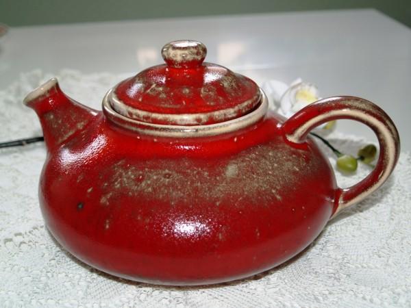 Teekanne flache Form Keramik rot getöpfert