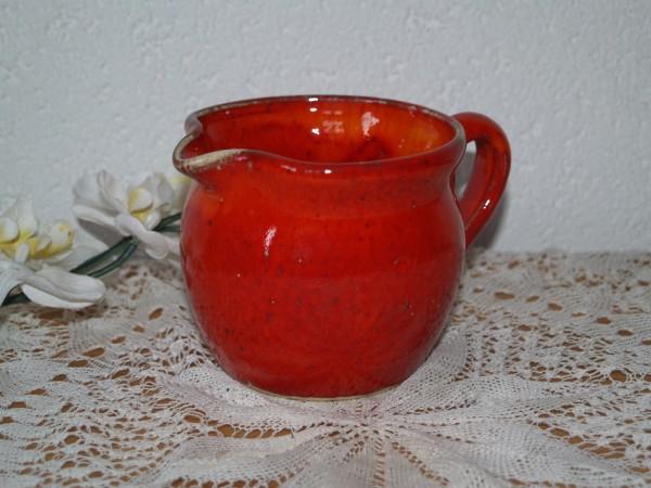 kleiner roter Krug der roten getöpferten Keramik Serie