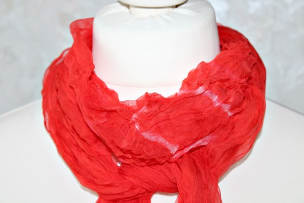 roter Schal aus Seiden Chiffon Handarbeit Knitteroptik