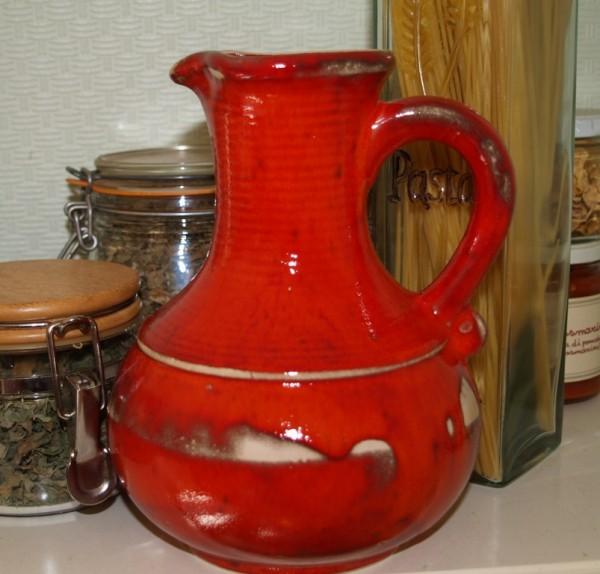 roter Saftkrug aus Keramik großer getöpferter Krug
