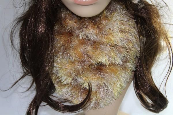 kuschliger Schal gestrickt aus Fransengarn Handarbeit