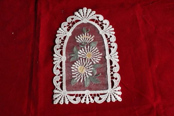 kleines Fensterbild Spitze mit Blumen bestickt